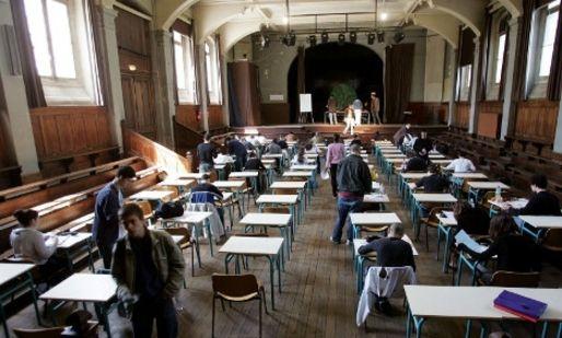 法国一名盲人教师被要求在学生考试期间监考