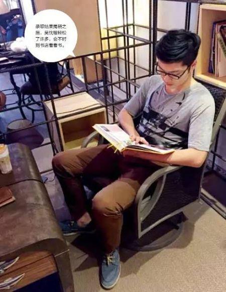 录取结果揭晓之后,吴忱锴轻松了许多,会不时到书店看看书。