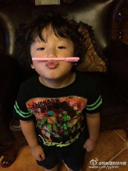 爸爸邹市明在微博上传轩轩参加嘟嘴夹笔大赛的照片
