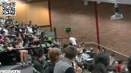 悉尼男生上课看成人影片忘带耳机 仓惶逃出教室