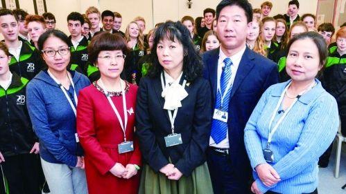5名来自中国的老师给英国学生上了一个月的课。