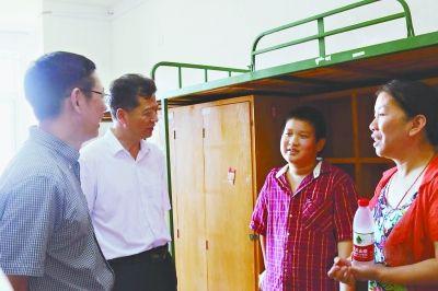 华中师范大学校长杨宗凯看望最小新生冷然。通讯员陈希昌 摄