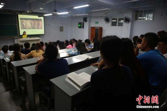 四川文理学院新学期的一门选修课――性健康教育课开讲,当晚原本可坐50人的教室爆棚,约有10名学生还站在教室门前蹭课听讲。