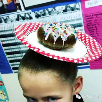 4. 头发装饰成了甜点,再配以一个纸盘,上面再撒点牛奶和彩糖,任何人看到她都会食欲大开吧!