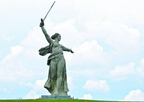 """""""祖国・母亲""""雕像,注意基座的小黑点,是几名游客。"""