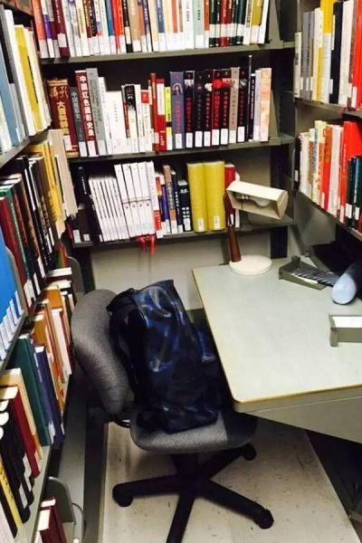 燕京图书馆内的书桌,我去的时候几乎没看到在馆内学习的学生