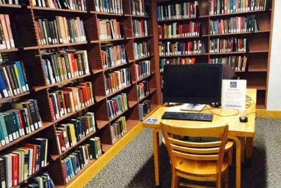 书架旁边的写字台,供学生学习和查书