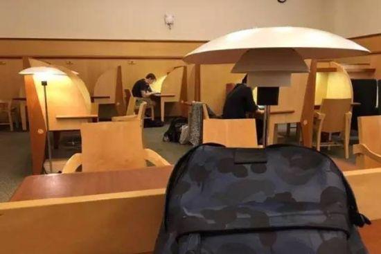 一楼的自习区只有这两个学生在学习