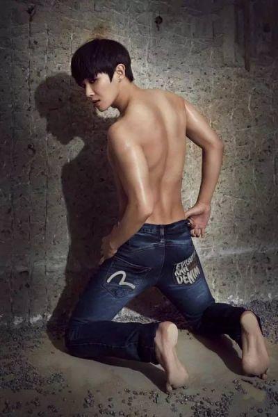 而身材上,喜欢身材高大、肩膀宽但又不是剽悍肌肉男的那种,而且若是还有一双修长的纤纤玉手,那么加分加分加分!