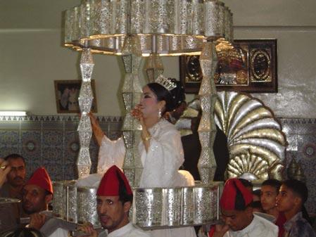 阿拉伯的墓地和婚礼:新郎独坐不动