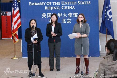 美国使馆公使衔参赞唐雷慧娴女士(左)及美国使馆签证处处长Nancy Abella女士(右)回答记者提问