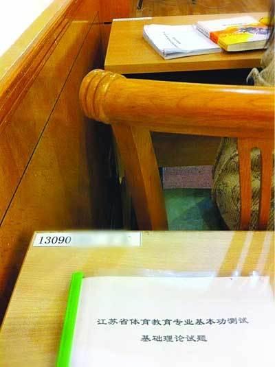 座位上贴着学号和姓名。图片来自网络