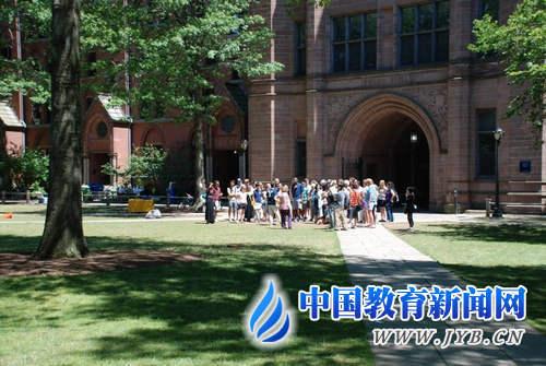 今年暑假,耶鲁大学迎来众多参观者 陈伟 摄