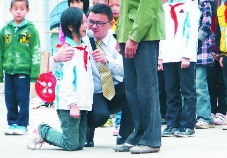 女生在现场跪求父亲原谅 通讯员 陈建峰 摄