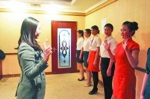 昨日,国防宾馆,报考空乘专业的学生们正在面试。重庆晨报记者 许恢毅 摄