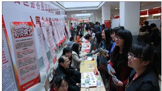 3月22日,燕京理工学院的校园里人潮涌动,热闹非凡,这里正在举行的是