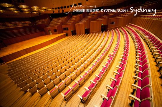 现金的悉尼歌剧院是世界著名艺术表演场地,每年举办1600多场演出.