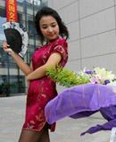 大学生身穿唐装旗袍拍毕业照(组图)