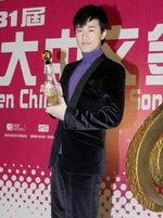 林峰展示金曲奖杯