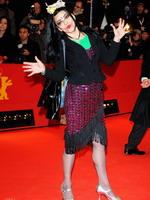 歌手妮娜红毯搞怪引注目