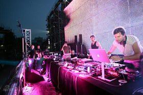 DJ们忙碌着