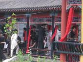 红绸缠绕水榭