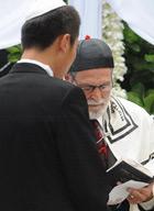 刘烨跟随牧师宣读誓言