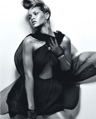 组图:蕾哈娜惹火登封面黑白映像大秀迷人曲线