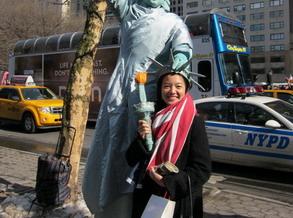阿雅:在纽约街头模仿自由女神(图)