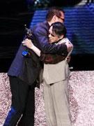 罗大佑和泰迪罗宾拥抱
