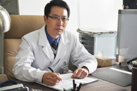 姚剛在《大元奇事》中飾演一名醫生