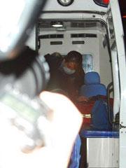 Selinae被抬上救护车