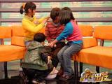 "SOS村孤儿为""妈妈""洗脚"