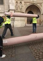 工人往教堂运地毯