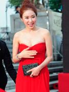 刘仁娜红裙衬托雪肤