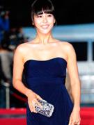 赵茹珍着蓝紫色长裙