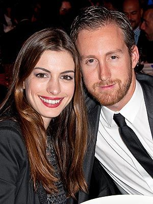 安妮-海瑟薇与男友亚当-舒尔曼宣布订婚喜讯