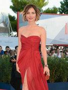 贝拉丝度红裙秀性感