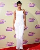 蕾哈娜白色长裙显优雅