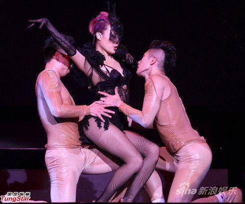 台上热辣舞蹈