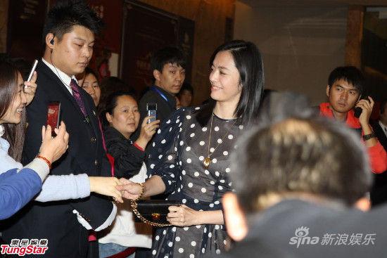 姚晨与粉丝握手
