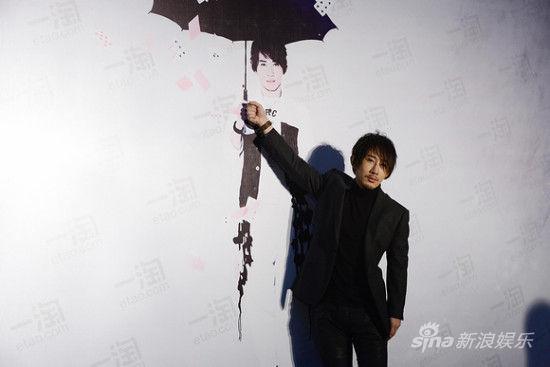 刘谦撑海报雨伞