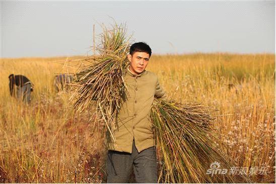 贾一平每天都要下地劳作.-贾一平殷叶子 北上海 不畏寒冷开荒下水