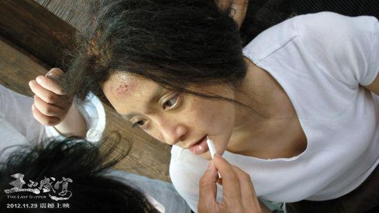 秦岚在《王的盛宴》片场化妆