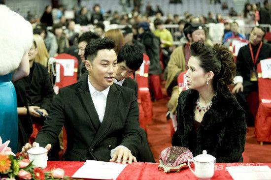谭耀文与李若彤热情聊天