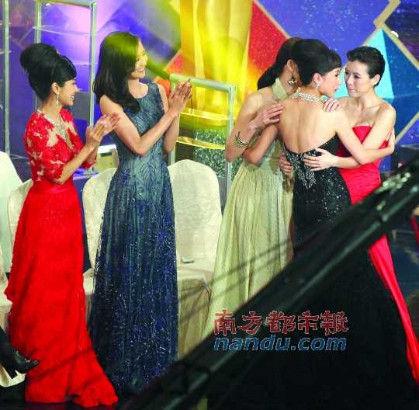 众多花旦过来拥贺杨怡拿奖,唯独不见徐子珊。