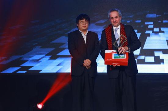 陈彤上台为联合国新闻行政长官斯蒂芬尼颁发微博年度特别大奖