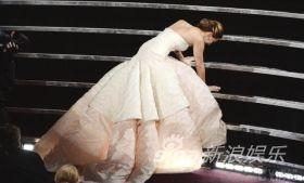 最佳女主角詹妮弗・劳伦斯上台领奖时不慎摔倒。