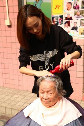 耐心給老奶奶洗頭