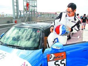 穿上赛车服,夺得后驱自然进气组冠军的阮经天看着十分有型。